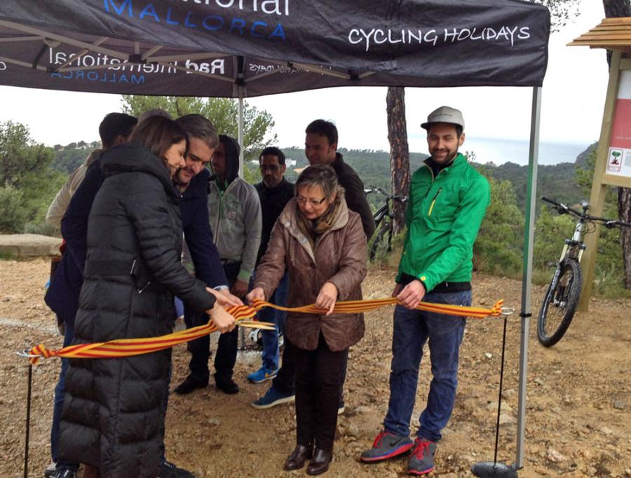 """Bürgermeisterin und Tourismusveranwortlich von der Gemeinde Calvia und Michael Kuttler von Rad International schneiden das Band durch: """"Biker es kann losgehen..."""""""